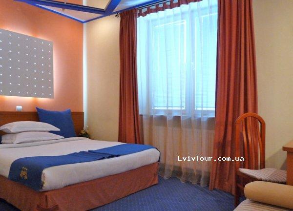 Люкс однокімнатний - 2080 грн. Однокімнатний номер з цікавим інтер єром та  гарним декором. В номері  двоспальне ліжко b9878b75438a2